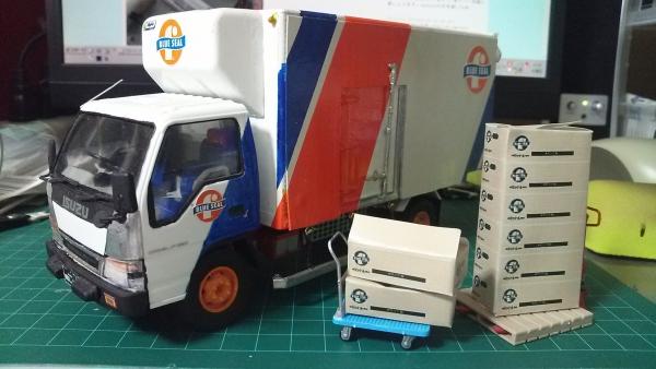 いすゞ・エルフ冷凍車(ブルーシール3代目塗装)